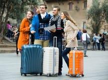 Amis avec le bagage extérieur Image stock