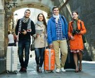 Amis avec le bagage extérieur Photographie stock