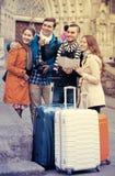 Amis avec le bagage extérieur Photo stock