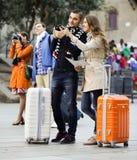 Amis avec le bagage extérieur Images stock
