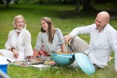 Amis avec le barbecue en parc Photo stock