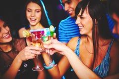 Amis avec le champagne Photographie stock