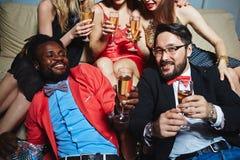 Amis avec le champagne Image libre de droits