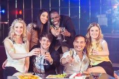 Amis avec le champagne et les casse-croûte Image stock
