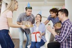 Amis avec le gâteau célébrant l'anniversaire à une partie Photos libres de droits