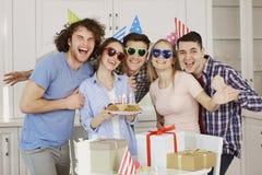 Amis avec le gâteau célébrant l'anniversaire à une partie Photographie stock