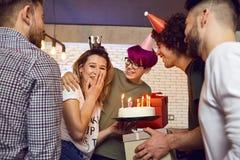 Amis avec le gâteau avec des bougies célébrant l'anniversaire Photo libre de droits