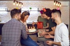 Amis avec le gâteau avec des bougies célébrant l'anniversaire Images libres de droits