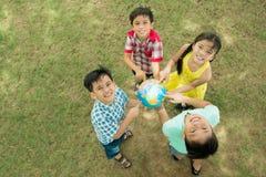 Amis avec le globe Photo libre de droits