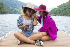 Amis avec le mobile extérieur Photos stock