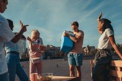 Amis avec le réfrigérateur de la bière sur le toit Image libre de droits