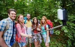 Amis avec le sac à dos prenant le selfie par le smartphone Photo libre de droits