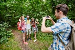 Amis avec le sac à dos prenant le selfie par le smartphone Images libres de droits