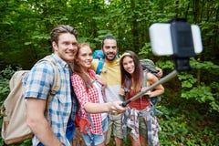 Amis avec le sac à dos prenant le selfie par le smartphone Photographie stock