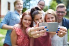 Amis avec le smartphone prenant le selfie à l'été Image stock