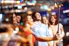 Amis avec le smartphone prenant le selfie dans le club Photo stock