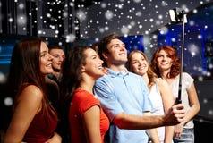 Amis avec le smartphone prenant le selfie dans le club Photo libre de droits