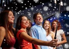 Amis avec le smartphone prenant le selfie dans le club Image libre de droits