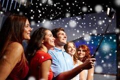 Amis avec le smartphone prenant le selfie dans le club Photographie stock