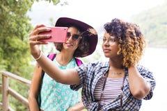 Amis avec le téléphone Image libre de droits