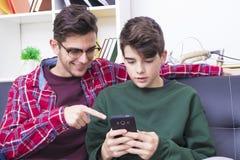 Amis avec le téléphone Images libres de droits
