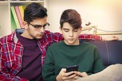 Amis avec le téléphone portable Photos libres de droits