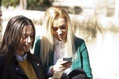 Amis avec le téléphone portable Photographie stock libre de droits