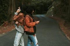 Amis avec le téléphone portable Image stock
