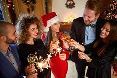 Amis avec le vin mousseux pendant la nouvelle année Photos libres de droits