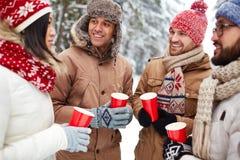 Amis avec les boissons chaudes Photo stock