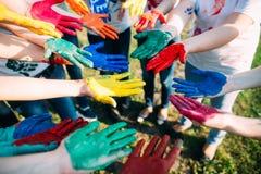 Amis avec les mains colorées Photos libres de droits