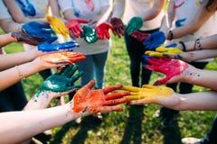 Amis avec les mains colorées Photographie stock libre de droits