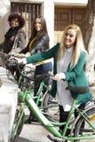 Amis avec les vélos urbains Image stock