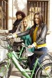 Amis avec les vélos urbains Photographie stock