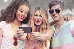 Amis avec les vêtements colorés prenant le selfie Photos stock