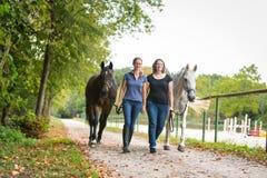Amis avec leurs chevaux Images libres de droits