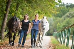 Amis avec leurs chevaux Photos stock