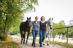 Amis avec leurs chevaux Photo stock