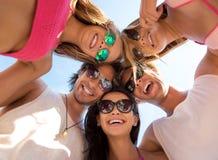 Amis avec plaisir gais ayant l'amusement sur la plage Photos stock