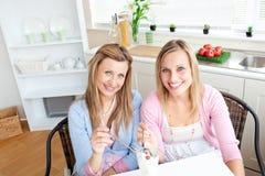 Amis avec plaisir mangeant une crême glacée et un sourire Image stock