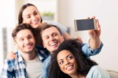 Amis avec plaisir positifs faisant des selfies Image libre de droits