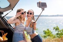 Amis avec plaisir positifs faisant des selfies Images libres de droits