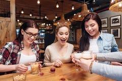 Amis avec plaisir prenant des bocals avec de la bière Photos libres de droits