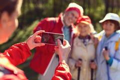 Amis avec plaisir prenant des photos tout en augmentant Images libres de droits