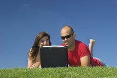 Amis avec un ordinateur portatif Photos libres de droits