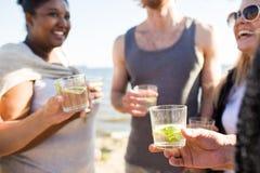 Amis ayant des boissons Images stock