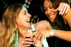 Amis ayant des boissons dans le bar ou le club Photographie stock libre de droits