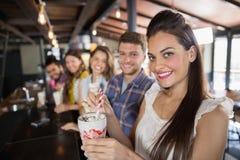 Amis ayant des boissons dans le restaurant Photos stock