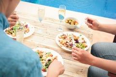 Amis ayant des Bu de dîner ensemble la piscine Images stock