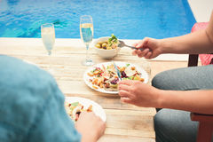 Amis ayant des Bu de dîner ensemble la piscine Photographie stock libre de droits